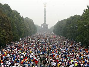 Berlin Marathon 2002. Drangvolle Enge vor der Siegessäule auf der Straße des 17. Juni. (Wolfgang Kumm/AFP/Getty Images)