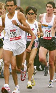 Spitzengruppe Berlin 2002, jeder mit eigenem Laufstil.  (Vladimir Rys/Bongarts/Getty Images)