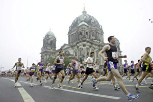 Einmal auch mitlaufen beim Marathon vor dem Berliner Dom ... (Anja Heinemann/Bongarts/Getty Images)