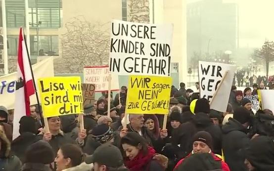 Demo von mehreren hundert Deutschrussen vor dem Berliner Kanzleramt am 23.01.2016. Foto: Screenshot Youtube  / Ruptly