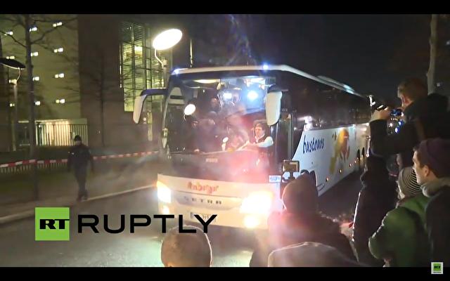 Der Bus vor dem Kanzleramt bei seiner Ankunft. Foto: YouTube Screenshot