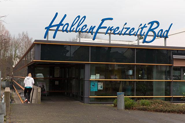 Besucherinnen und Angestellte beschwerten sich über sexuelle Belästigungen im Freizeit-Bad Bornheim durch Männer aus einer nahen Asylbewerberunterkunft. Foto: Matthias Kehrein / Epoch Times