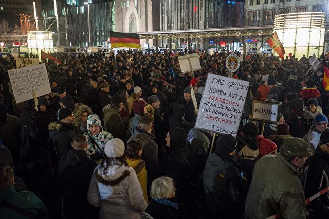 Anhänger der Legida, der lokalen Bewegung Patriotische Europäer gegen die Islamisierung des Abendlandes nehmen an einer Kundgebung am 11. Januar 2016. Foto: Jens Schlueter / Getty Images