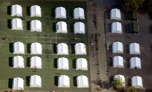 Luftaufnahme von Zelten in einem Camp für Asylbewerber. Foto RALF Hirschberger / AFP / Getty Images