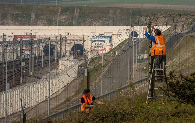 Die neuen Zäune rund um den Eurotunnel sind 7m hoch und stark gesichert, um mehr Schutz für die LKW-Fahrer zu schaffen, die auf die Durchfahrt warten. Das Gelände wird durch Flutung wieder zum Sumpfgebiet. Foto: PHILIPPE HUGUEN/AFP/Getty Images
