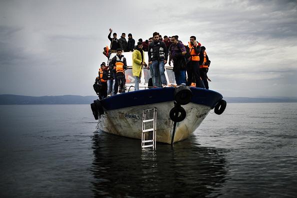 Dieses Migrantenboot erreichte die Insel Lesbos am 11. Oktober 2015. Der Zustrom reißt auch jetzt im Winter nicht ab. Foto: DIMITAR DILKOFF/AFP/Getty Images