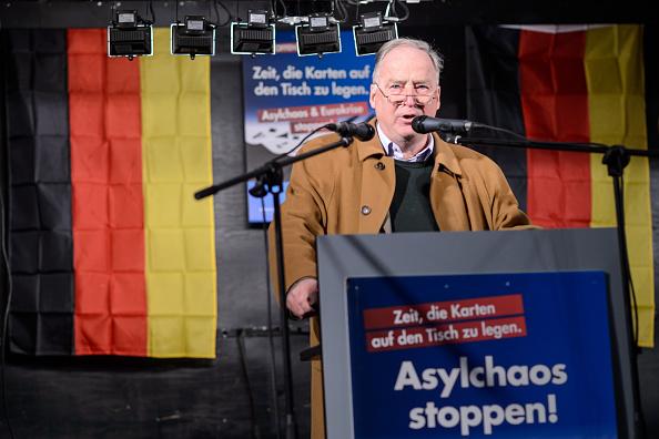 """AfD-Sprecher Gauland kritisierte Merkels Neujahrsansprache als """"beinahe zynisch"""" (Foto 21.Oktober, Halle) Foto: Jens Schlueter/Getty Images"""