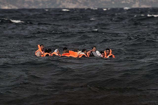 Flüchtlinge und Migranten überqueren am 31. Oktober 2015 mit einem Schlauchboot die Ägäis aus der Türkei, um die griechische Insel Lesbos zu erreichen. Foto: ARIS MESSINIS / AFP / Getty Images