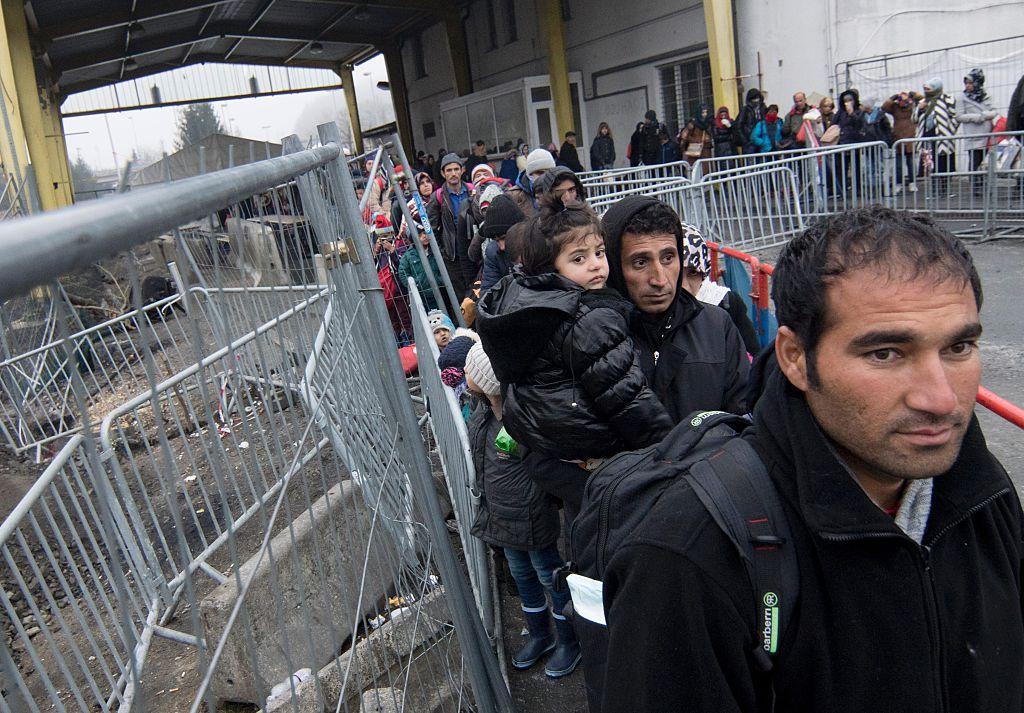FPÖ-Anfrage enthüllt: 92.000 Migranten zu viel – Österreichs Obergrenze in 2016 längst gesprengt