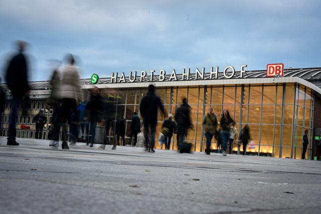 Die Eingangshalle des Kölner Hauptbahnhofs wurde zur Falle für eine unbekannte Zahl Frauen und Mädchen. Foto: Sascha Schuermann/Getty Images