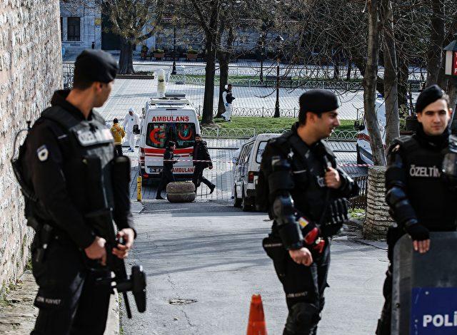 Türkische Polizei bewacht den Ort eines Anschlages in der Blauen Moschee des Touristenzentrums Sultanahmet in Istanbul am 12. Januar 2016. Foto: BULENT KILIC / AFP / Getty Images lesen