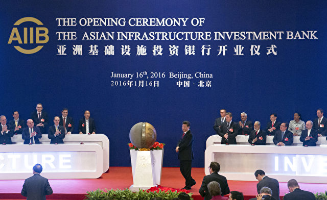 Staatschef Xi Jinping enthüllte die Skulptur der AIIB auf der Eröffnungsfeier der AIIB am 16. Januar 2015 in Peking Foto: MARK SCHIEFELBEIN/AFP/Getty Images