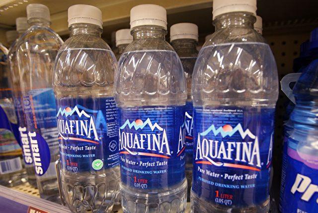 Wasser in Kunstoffflaschen ist stark mit Chemikalien belastet! Foto: Scott Olson/Getty Images