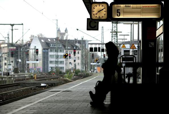 Die Gleise am Bahnhof Köln: Besonders Alleinreisende sind begehrte Opfer Foto:  Vladimir Rys/Getty Images