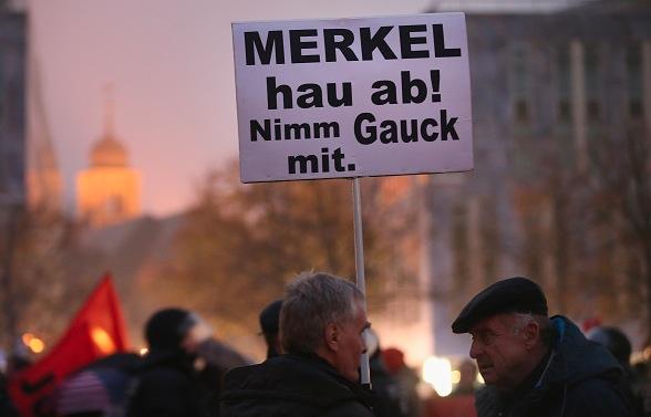 Auch deutsche Bürger verlangen Merkels Rücktritt Foto: Getty Images