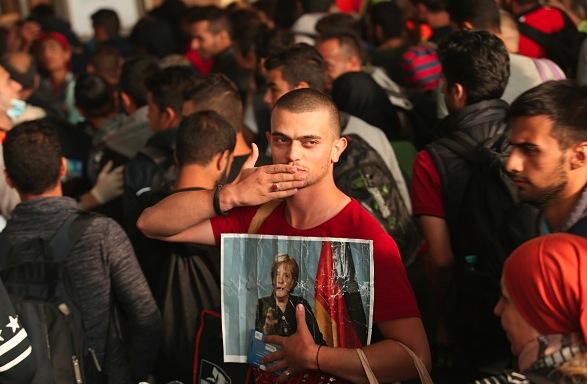 Flüchtling mit einem Bild von Angela Merkel Foto: Sean Gallup/Getty Images