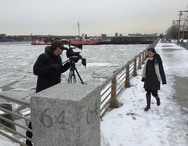 """Paulio Shakespeare bei den Dreharbeiten für """"Die Verfolgung von Falun Gong"""" mit der Falun Gong-Praktizierenden Pan Qi am Hudson River in New York."""