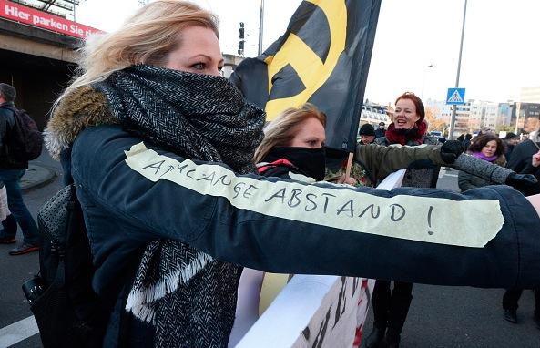 """Während einer Pegida-Demo am 9. Januar in Köln, protestierten Frauen gegen die Aussage von Henriette Rekers nach den Köln-Übergriffen: Frauen sollten """"eine Ärmellänge"""" Abstand zu männlichen Migranten halten. Foto: ROBERTO PFEIL/AFP/Getty Images"""