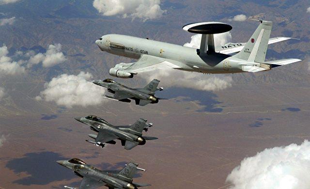 AWACS-Aufklärer Boeing E-3 der NATO mit F-16-Kampfjets Foto: über dts Nachrichtenagentur