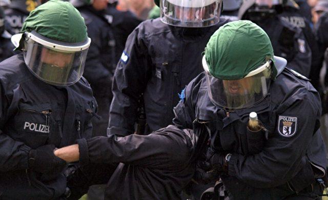 Polizisten führen eine Festnahme durch Foto: über dts Nachrichtenagentur