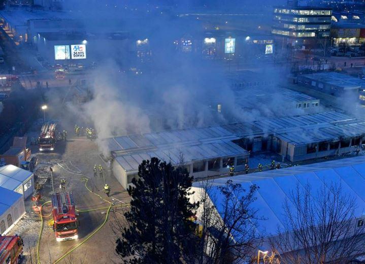Feuer zerstört zahlreiche Flüchtlingscontainer in Münchner Erstaufnahmelager (+Video)