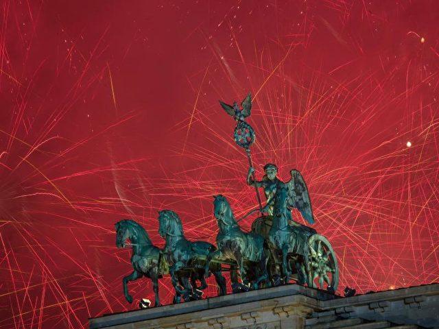 Zum Brandenburger Tor kamen Hunderttausende um Deutschlands größte Silvesterparty zu feiern. Es regnete,es war kalt - die Stimmung war trotzdem großartig. Berlin eben. Foto: Wolfram Kastl/dpa