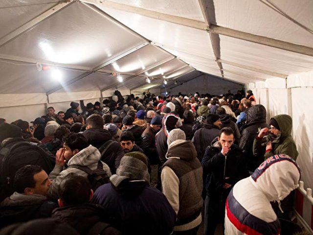 Aus den acht wichtigsten nicht-europäischen Asyl-Herkunftsländern arbeiteten im April rund 96.000 Menschen in sozialversicherungspflichtigen Jobs. Foto: Kay Nietfeld/dpa