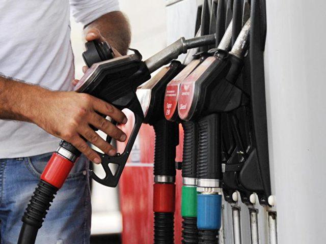 Bundesfinanzminister Wolfgang Schäuble will eine europaweite Benzinsteuer, um die Flüchtlingskosten zu stemmen. Foto: Tobias Hase/Symbolbild/dpa