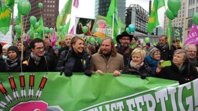 """""""Wir haben es satt"""" und """"Wir machen Euch satt"""" – Grüne Woche in Berlin"""