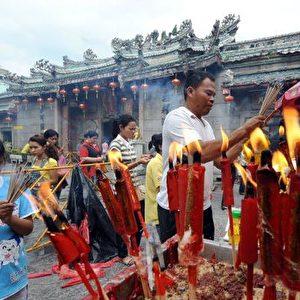 Bangkok, Thailand: vor dem Neujahr verbrennen die Menschen Räucherstäbchen, um einen guten Start des neuen Jahres zu erbitten.  Foto: Pornchai Kittiwongsakul/AFP/Getty Images