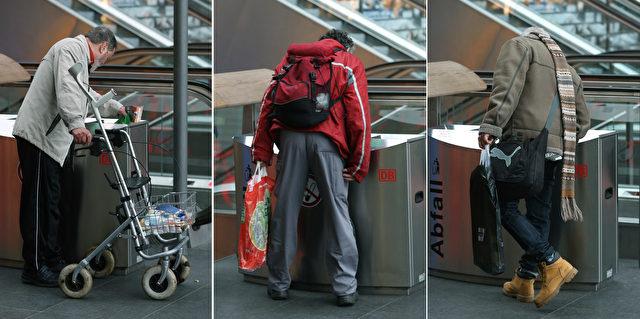 Ein Mann sucht in einem Mülleimer nach leeren Flaschen auf dem Hauptbahnhof in Berlin. Foto: Sean Gallup / Getty Images