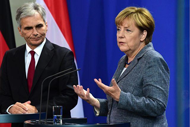 Die deutsche Bundeskanzlerin Angela Merkel (R) und ihr österreichischer Amtskollege Werner Faymann während einer Pressekonferenz im Bundeskanzleramt in Berlin am 15. September 2015. Foto: JOHN MACDOUGALL / AFP / Getty Images