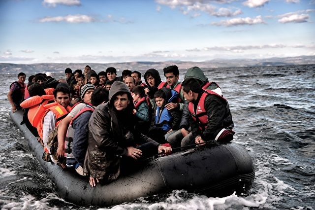 Flüchtlinge und Migranten beim Überqueren der Ägäis nahe der griechischen Insel Lesbos am 25. Oktober 2015. Foto: ARIS MESSINIS / AFP / Getty Images