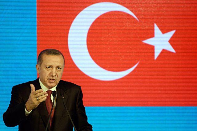 """Der türkische Präsident Erdogan: """"Wir können die Türen nach Griechenland und Bulgarien jederzeit öffnen, und wir können die Flüchtlinge in Busse stecken"""" Foto: OZAN KOSE/AFP/Getty Images"""