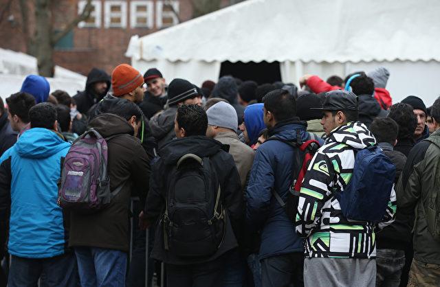 Migranten vor Berliner Lageso. Foto: Getty Images
