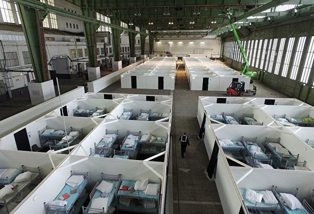 """Ein Blick von oben in die """"Wohnquader"""" mit Etagenbetten auf dem Gelände des alten Berliner Flughafens Tempelhof, die am 11. Februar für neue Flüchtlinge bereit stehen. Foto: Sean Gallup/Getty Images"""
