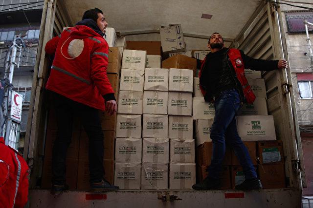 Das syrische Rote Kreuz beim Austeilen von Hilfspaketen, 13. Februar 2016 Foto: ABD DOUMANY/AFP/Getty Images