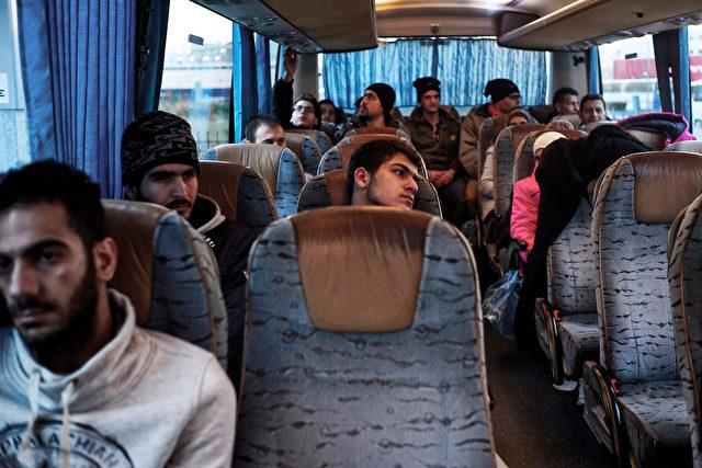 Symbolfoto: Migranten im Bus. Foto: Milos Bicanski/Getty Images