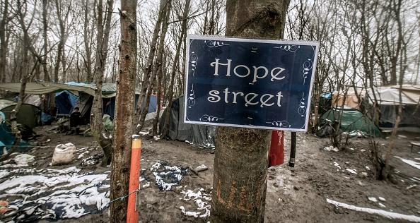 """Ein inoffizielles Straßenschild im Camp """"Grande-Synthe"""" in Dünkirchen Foto: PHILIPPE HUGUEN/AFP/Getty Image"""