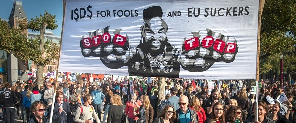 Anti-TTIP Demonstration in Amsterdam im Oktober 2015 Foto: JERRY LAMPEN/Getty Images