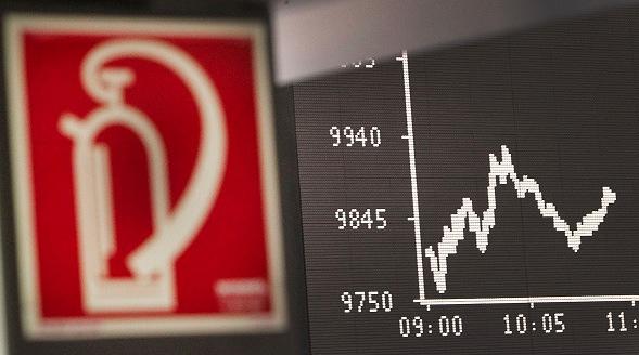Das Display zeigt den deutschen Aktienindex DAX an der Börse in Frankfurt am Main, am 24. August 2015. Der DAX fällt auf 15%, zeitgleich mit einem 15-Monats-Tief der chinesischen Aktien. Foto: DANIEL ROLAND/Getty Images