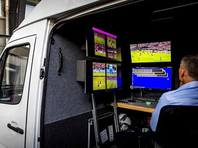 Ein fünfter Schiedsrichter sitzt in einem Übertragungswagen. Foto: Koen Van Weel/dpa