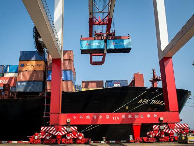 Der Handelsüberschuss stieg auf umgerechent 55,16 Milliarden Euro. Foto: Ole Spata/dpa