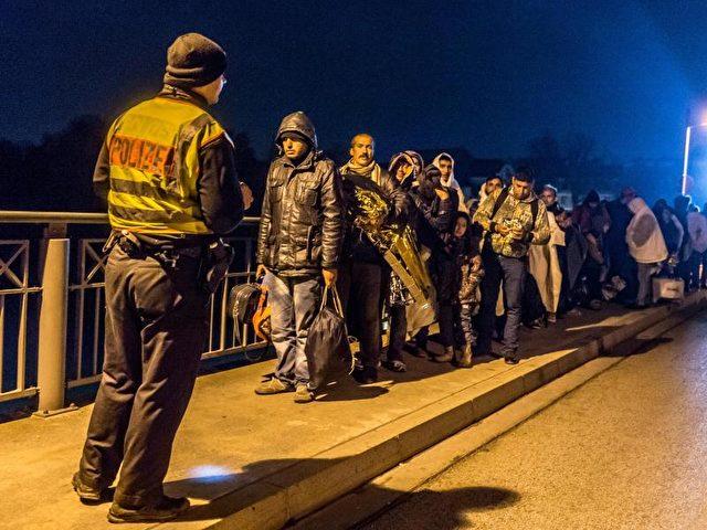 Flüchtlinge imOktober 20125 an der deutsch-österreichischen Grenze. Bis 2020 rechnet der Bund mit einer Gesamtzahl von 3,6 Millionen Flüchtlingen. Foto: Armin Weigel/dpa