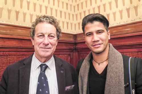 Javier Biosca (li) und Will Santana nach der Shen Yun Aufführung in Barcelona im Gran Teatre del Liceu am 17. März
