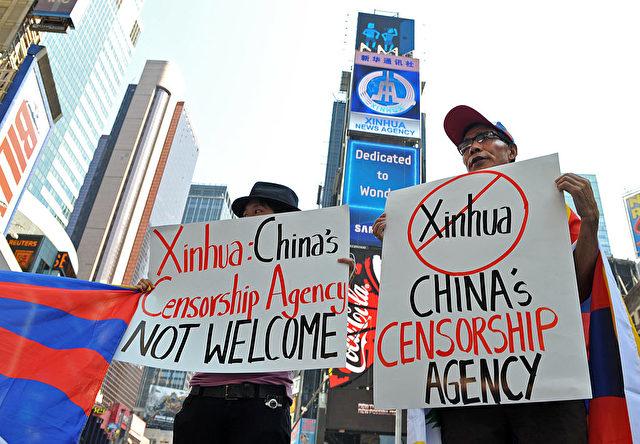 Pro-tibetische Studenten demonstrieren gegen Xinhua-Werbung am New Yorker Times-Square (2011). Foto:STAN HONDA/AFP/Getty Images