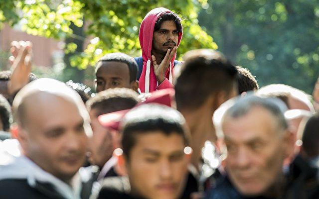 Asylbewerber vor dem Landesamt für Gesundheit und Soziales in Berlin. SJOHN MACDOUGALL/AFP/Getty Images