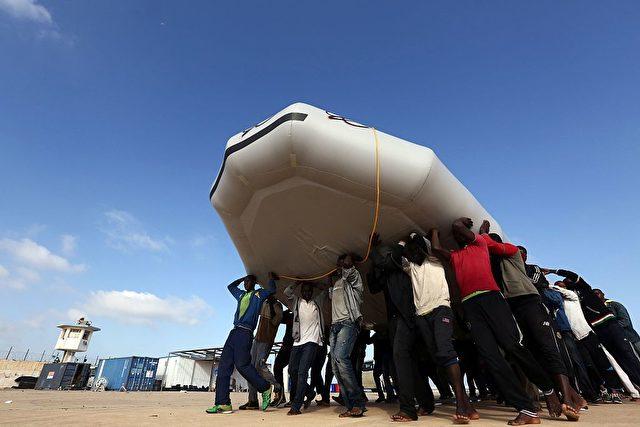 Auch für Afrikaner in Libyen bleibt Europa das ersehnte Ziel.  Foto: MAHMUD TURKIA/AFP/Getty Images