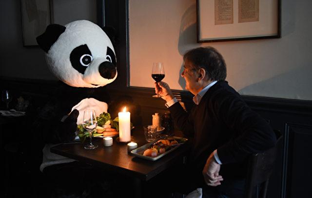Spitzenkoch Raymond Blanc zeigt symbolisch seine Unterstützung für die Earth Hour: Ein Essen bei Kerzenschein Foto: Stuart C. Wilson / Getty Images für WWF-UK
