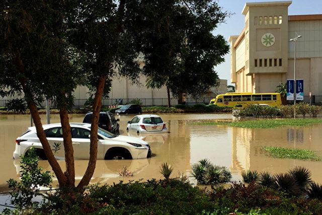 Fotos wie dieses von Ghetty Image sind dann wohl auch verboten: 10. März 2016, Autos in einer überfluteten Straße von Dubai Foto: ALI KHALIL/AFP/Getty Images